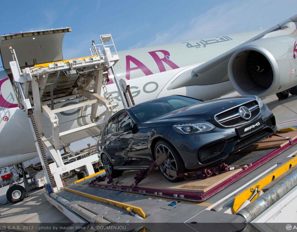 A330-200_F_Qatar_loading_Mercedes_2